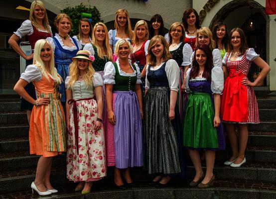 Junge Damen aus ganz Österreich wurden für das Casting zur Narzissenköniginnenwahl ausgewählt. Fünf von ihnen stehen fix im großen Finale am 24. Mai in Bad Aussee, die weiteren fünf Plätze werden per Onlinevoting vergeben. Foto: Jürgen Fuchs/Kleine Zeitung