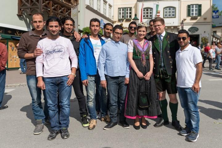 Eine Gruppe asylwerbender Syrer freute sich wie 20.000 andere Gäste über die Gastfreundschaft im Ausseerland-Salzkammergut. Sie sind – wie Prinzessin Marie-Theres (mit Gastgeber und Narzissenfestobmann Christian Seiringer) – in Bad Mitterndorf zu Hause.