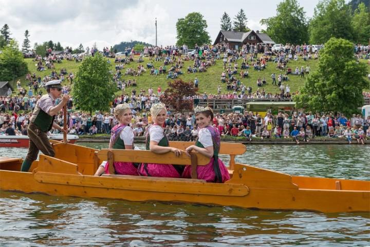 Prinzessin Lisa, Königin Sabrina und Prinzessin Marie-Theres bei der Plättenfahrt am Grundlsee. Tausende Besucher säumten die Ufer des Steirischen Meeres.