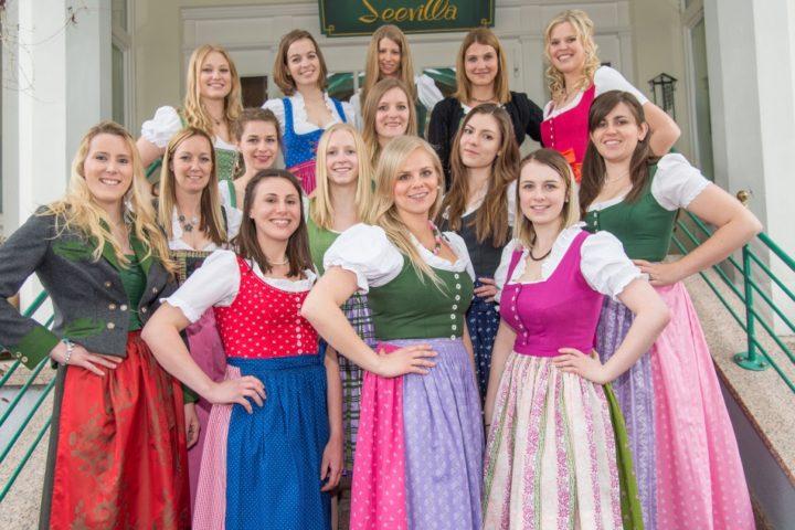 Anna Maria Winter (19 Jahre, Kirchbach, Stmk.), Elisabeth Kalcher (24, Graz, Stmk.), Christina Mittermayr (22, Ungenach, OÖ), Melanie Schiman (30, Spielberg, Stmk.), Carmen Kollmann (21, Deutschlandsberg, Stmk.), Orsolya Flaskay (23, Hallein, Sbg.), Marie Charlotte Scharnböck (25, St. Florian, OÖ), Doris Kriechbaum (30, Rottenmann, Stmk.), Lena Scheutz (20, Bad Goisern, OÖ), Elisabeth Höll (29, St. Johann im Pongau, Sbg.), Monika Derler (23, Birkfeld, Stmk.), Katharina Vukadin (22, Hart bei Graz, Stmk.), Regina Mösenbacher (21, Pruggern, Stmk.), Michaela Hagmayr (28, Oberhofen am Irrsee, OÖ) sowie die 17-jährige Julia Zefferer (Schladming, Stmk.), die drei Tage vor dem Wahlabend ihren 18. Geburtstag feiert und somit das Alterskriterium fast punktgenau erfüllen wird. Foto: Jürgen Fuchs/Kleine Zeitung (frei)