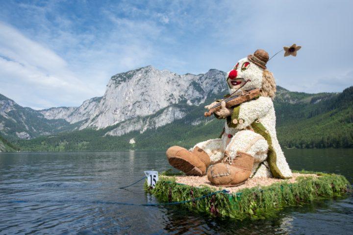 Charly, der Clown von den Familien Freller & Pucher feierte einen Heimsieg beim Bootskorso am Altausseer See. Foto: Martin Baumgartner/narzissenfest.at