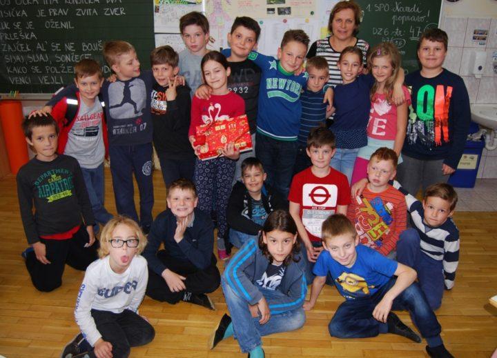 Die Kinder der Gesamtschule Janka Glazerija Ruse in Slowenien beschäftigten sich mit dem Narzissenfest und wurden für ihre Figurenvorschläge mit einer Geschenkbox aus dem Ausseerland-Salzkammergut belohnt. Foto: www.glazer.si (frei)